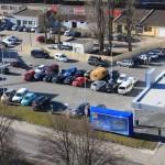 Oba parkingi zapełniają się samochodami