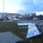 Przewrócone banery przy stacji LOTOS