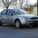 Porzucony Ford Mondeo stoi na Rozstajach przynajmniej od kilku miesięcy