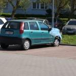 Samochód powypadkowy blokujący miejsce parkingowe na osiedlu Młyniec