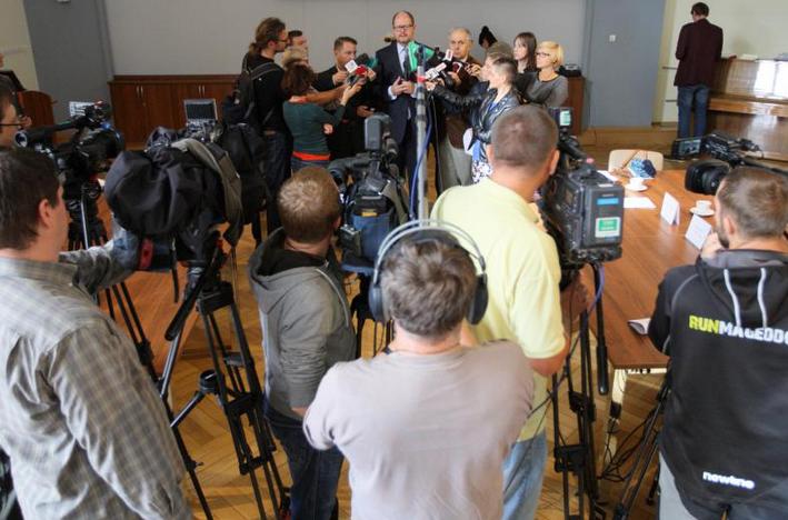 Gdańsk Urząd Miejski, Narada na temat imigrantów. Tematem spotkania, w którym wzieli udział przedstawiciele urzędów, służb i instytucji zaangażowanych w tą tematykę, jest również ewentualne przyjęcie uchodźców w naszym mieście. Po naradzie odbyło się spotkanie z przedstawicielami mediów. Grzegorz Mehring / www.gdansk.pl
