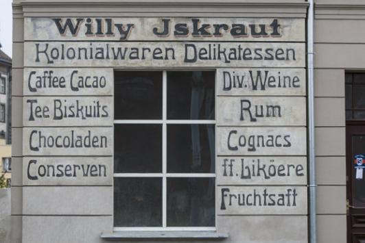 Napis głosi, że w tym miejscu znajdował się delikatesowy sklep spożywczy Willy'ego Iskrauta. Fot. Jerzy Pinkas
