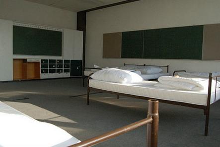 Wewnątrz przygotowano to, co osobom po dramatycznej i ciężkiej podróży jest bardzo potrzebne: wygodne łóżka. Fot. archiwum Urzędu ds. Społecznych Landu Brema