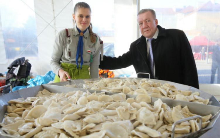 Piotr Dzik, pomysłodawca akcji, wraz z harcerką Karoliną Chmielewską ze szczepu Bór. Fot. Grzegorz Mehring